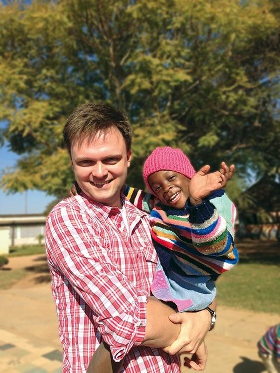 54c1053a5f6aa Wszystkie moje dzieci. Szymon Hołownia z małym Szymonem z Zambii