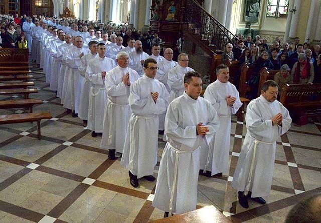 065f15d85f Świeccy szafarze Komunii Świętej wspierają księży