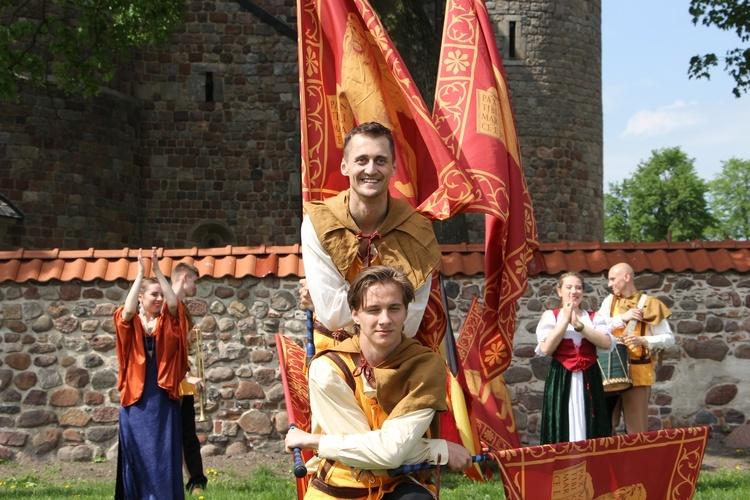 Gwardia Gryfa zaprezentuje tańce z chorągwiami.