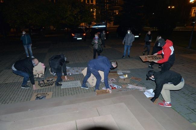 Protest przed radomską katedrą