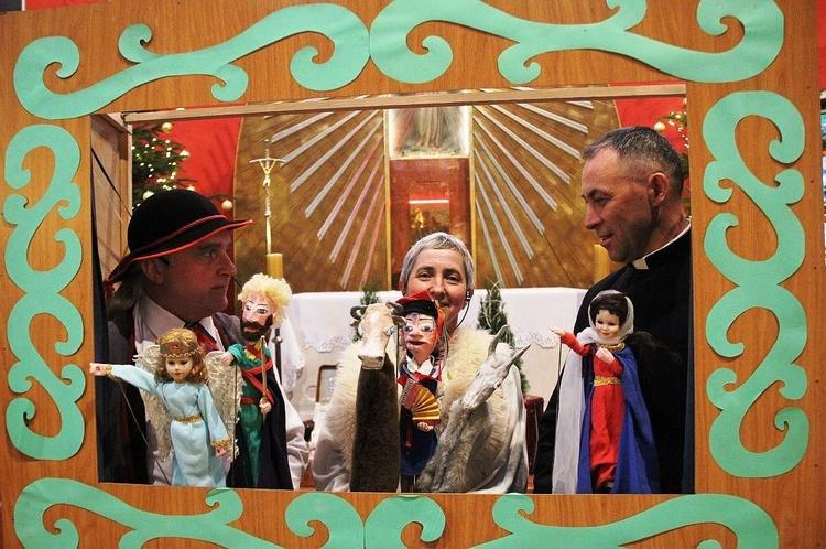 Od lewej: Piotr Piecha, Teresa Piecha i ks. Zygmunt Mizia z jasełkowymi kukiełkami, które odwiedziły Miliardowice.