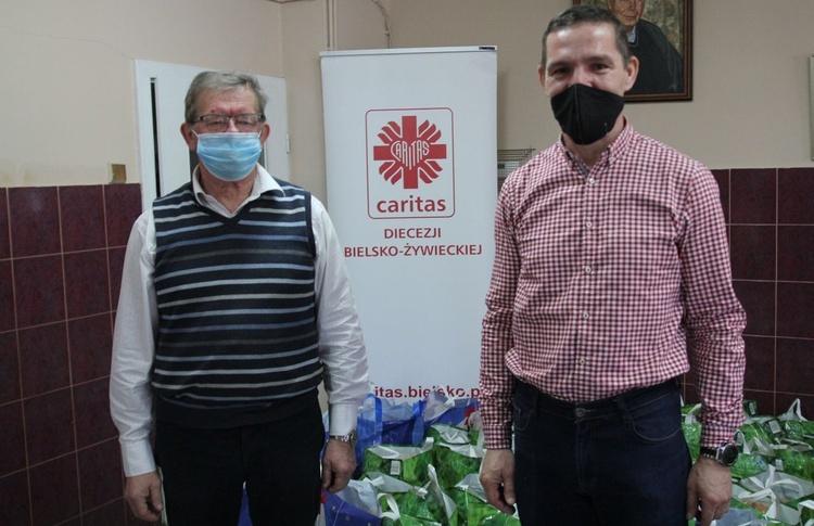 Piotr Ryszka (P) i Grzegorz Giercuszkiewicz koordynowali świąteczną akcję pomocy Caritas i Towarzystwa Pomocy im. św. Brata Alberta.