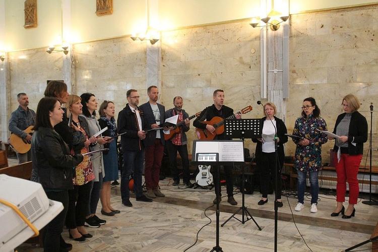 Małżeńska diakonia muzyczna przygotowała pieśni o św. Józefie podczas pielgrzymki Domowego Kościoła na Złotych Łanach.
