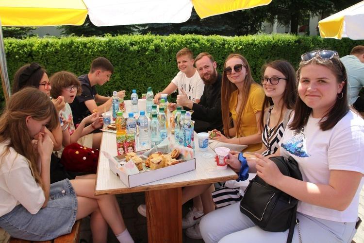 Świętowanie przy stołach po Mszy św. w Kętach-Osiedlu.