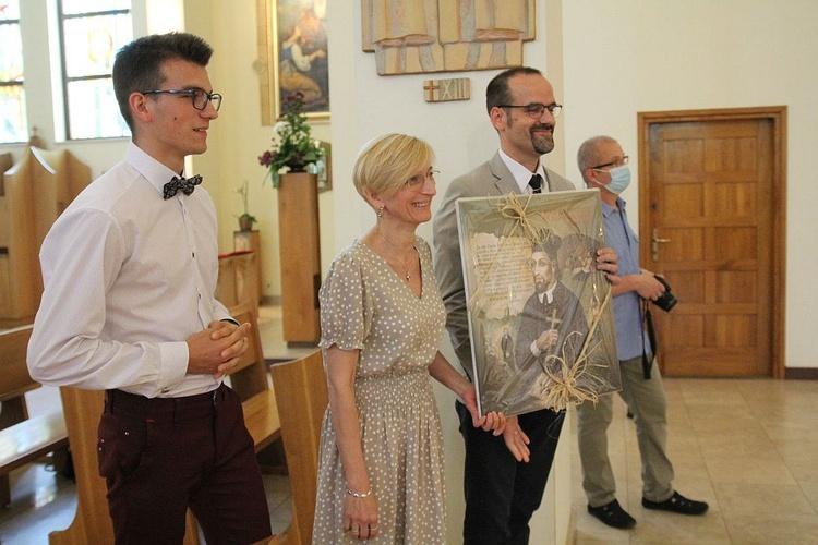 Oazowicze ze Skoczowa z obrazem św. Jana Sarkandra - prezentem dla ks. Marka Sędka.